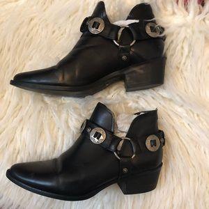Low cut festive boots